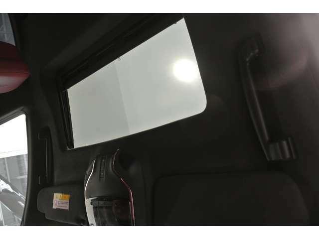 オプションの電動開閉式ガラスルーフも装備しています。室内をより明るく、ヘッドクリアランスも広く取れます。