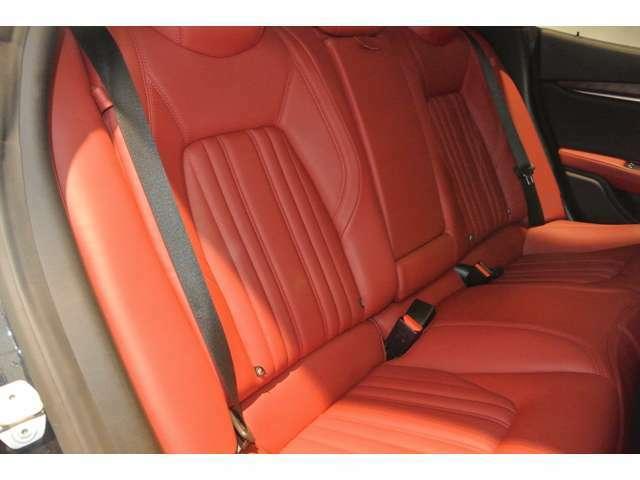 リアシートはあまり使用感ありません。フロントシートが通常のポジションであれば、大人が快適に座れるゆとりはあります。
