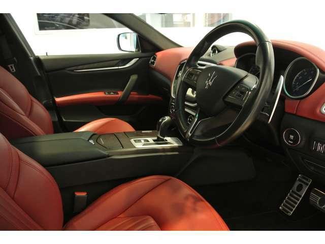 オプションの「フル・プレミアムレザー」で、イタリア車ならではの豪華で美しく、エレガントとスポーティが融合した内装です。