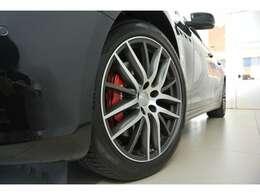 19インチ「プロテオ」ホイールは人気のデザインです。定番のレッドブレーキキャリパーで足元を引き締めています。