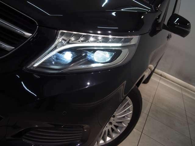 LEDインテリジェントライトシステムを搭載。暗い夜道のカーブなどでステアリングの切れ角に応じてライトの照射方向を制御し、より安全性を高めます。
