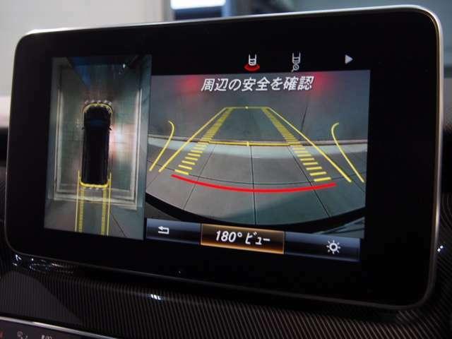 パークトロニックセンサーと舵角センサー付きの純正カメラは状況に応じて360度、リア、フロント、サイドと使い分けを行うことが可能。また、並列、縦列ともに対応のアクティブパーキングアシストが備わります。