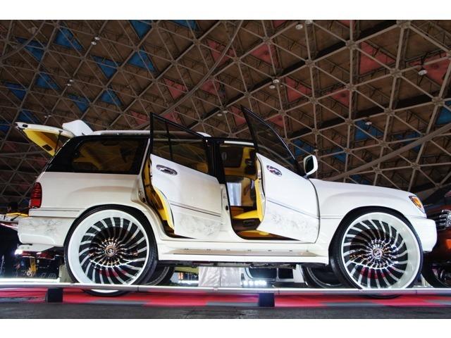 当社のデモカーとして製作致しましたLEXUS LX470。TOYOTAランドクルーザーシグナスの逆輸入verです。FORGEATO32インチアルミホイール・ボディー加工・カスタムペイント・室内総張替え・カスタムオーディオ