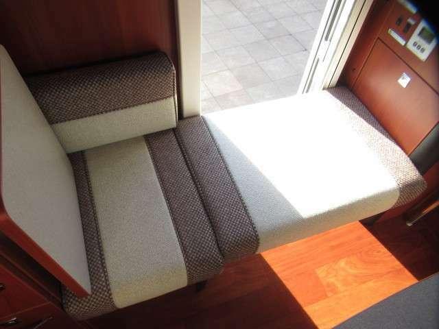 エントランス側にもシートを設置して対面座席として使用可能です♪