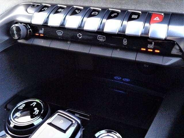 フロント両席シートヒーター☆便利な置くだけ充電も完備です☆
