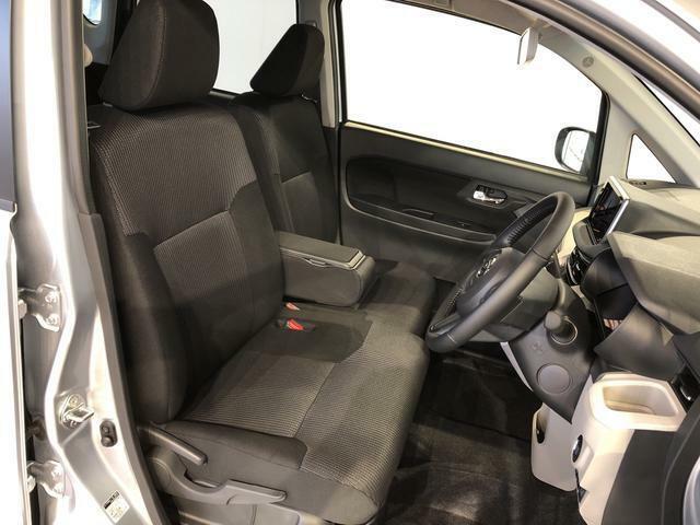運転席の座面高さを調整できるシートリフターが付いています。フロントシートはベンチシートを採用で、座面も広く使い勝手もいいですよ♪