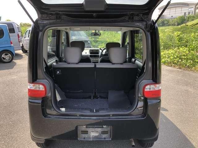座席を倒せば更に広い空間となっておりますので大量の荷物など楽々に載せることが可能です。