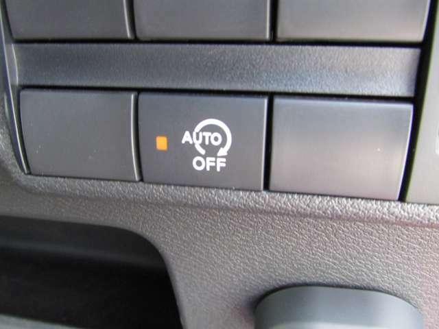 アイドリングストップ・信号などで車が停車したときエンジンを止め、ガソリンの消費を抑えます。
