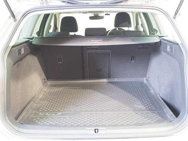 大容量なのでたくさん荷物を積めます。更にリヤシートを倒せば更にスペースアップ!