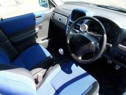 ブルーのシートが印象的な車内です♪
