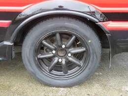 ブラックレーシングのアルミホイールが装備されています。タイヤの溝もたっぷり!