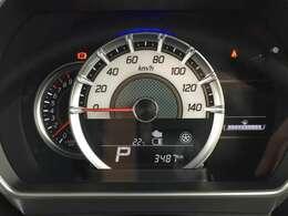 タコメーター付きのメーターです。瞬間燃費や平均燃費、航続可能距離が表示可能で、必要な情報を一目で確認できます。