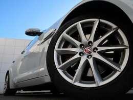 19インチ10スポークアルミホイール!エクステリア全体にマッチするようにデザインされ、車体との一体感とラグジュアリーな印象を感じられます。走行中も停車中も存在感を際立たせます!
