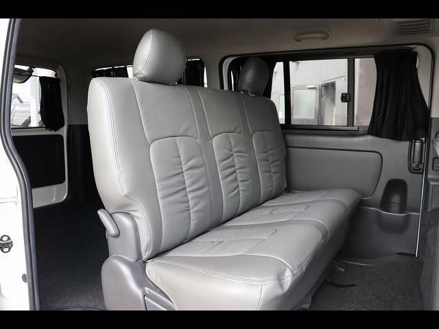 セカンドシートの状態も良好です!後席に6人乗車していただいても十分の広さなのでレジャーや旅行にもオススメの一台です!