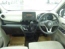 ハンドル周り:操作性の良いハンドル周りです。運転者の手が届く範囲にスイッチ等が配備されています。