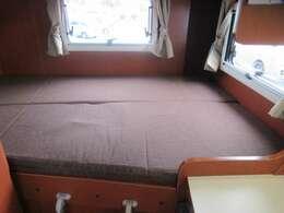 一般住宅のセミダブルベッドサイズと変わらない常設ベッド♪1090mm×1930mm