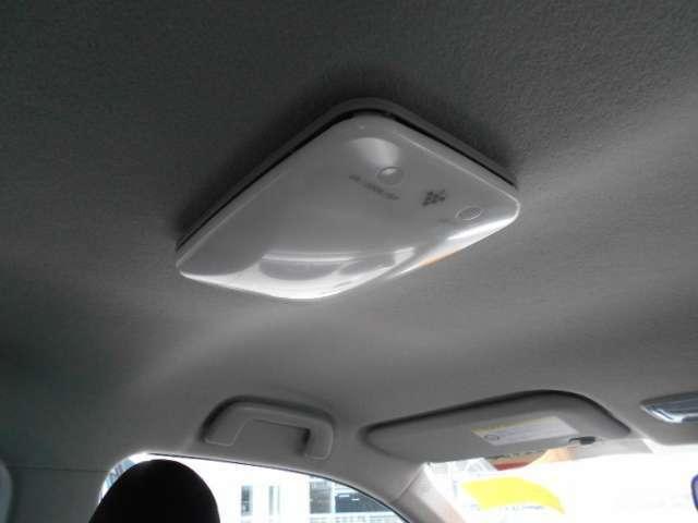 ルームランプは、販売店オプションのプラズマクラスター付LEDルームランプを装備、マイナスイオンを発生し快適な車内空間です。