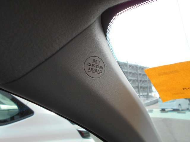 両席エアバックはもちろん、カーテンエアバックも装備され、安全性の高い車となっています。