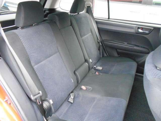 リヤシートは固定式ですが、フロントシートバックの形状により、足元は広々としています。シートのセンター部分にはアームレストを装備しています。