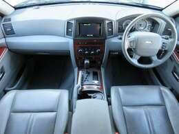 本革電動シート&シートヒーターが装備されております♪内装はグレーを基調とした明るくて清潔感のある車内になっております♪パネル類にも目立つキズや汚れ等も無くとてもキレイな状態です♪
