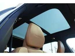 広大なガラスエリアを持っており、後席に座った方でもフロントシートと同様に解放感を持って乗車できます。電動シェードも付いております。