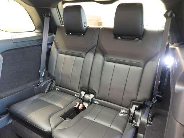 【2座式サードシート(7人乗り仕様へ) メーカーオプション参考価格294,000円】用途に合わせ最大7名まで乗車可能に!日常では格納し、大容量のラゲッジスペースとしてお使いいただけます。