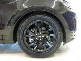 20インチ・スタイル5011アロイホイール(グロスブラック仕上げ) 黒のメタリックボディに大変相性の良いグロスブラック仕上げの専用オプションホイール。お洒落は足元から。