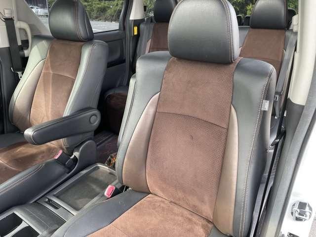ハーフレザーシートがとってもお洒落☆長距離や長時間運転しても疲れにくく乗り心地よく快適に過ごせますよ。