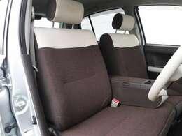 フロントシートはゆったりとしていて開放感があるベンチシートです。車内の移動も楽々です!狭い場所や駐車場で片側をギリギリに停めた際には便利ですよ!