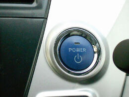 エンジンスタートボタンです♪キーが車内にあれば、エンジンの始動・停止はブレーキを踏んでスイッチを押すだけ!キーを取り出す手間を省き、スムーズに操作出来ます♪