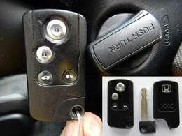 キーを出さなくてもエンジンスタート&ストップやドアロックの開閉ができるスマートキー。エンジンスタート&ストップはキーをさささなくてもOK。エンジンイモビライザー(盗難防止装置)付き!