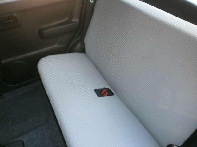 後席は一体構造となっておりますので左右のレバーでフラットになります。