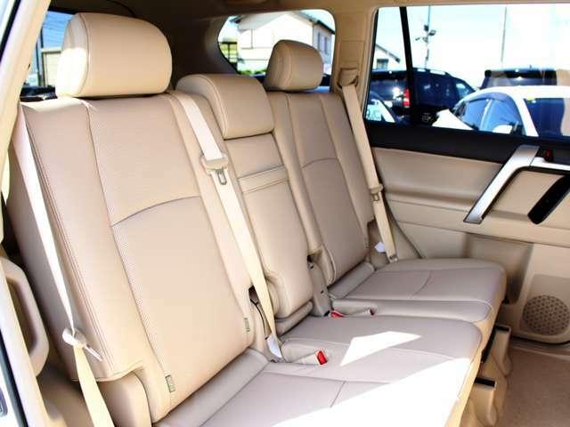 セカンドシートはリクライニングとスライド機構付☆左右のシートは独立して可動します。