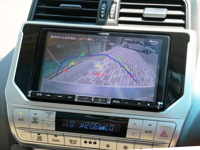 ハンドルの動きに合わせて動くガイドライン付のバックモニターで駐車も安心です。