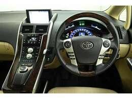 ドライバー目線の画像です。 インパネ中央には、ナビ画面・エアコン・リモートタッチ・各スイッチなどが並んでおります。
