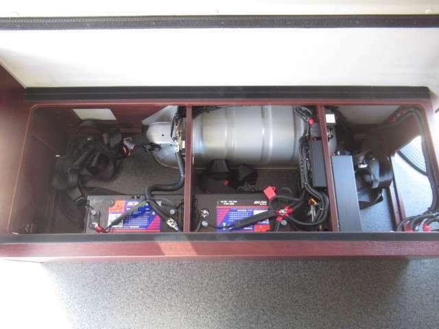 ツインサブバッテリー、走行充電、外部充電、外部電源、400Wインバーター装備しております!追加架装もお任せ下さい♪