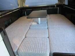 大人3人が寝れるクイーンサイズ並みのフルフラットベッド!ベッドサイズ1800mm×1660mm