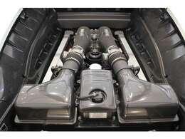 エンジンはV型8気筒自然吸気4,308cc。0-100km/h加速は3.6秒以下です。