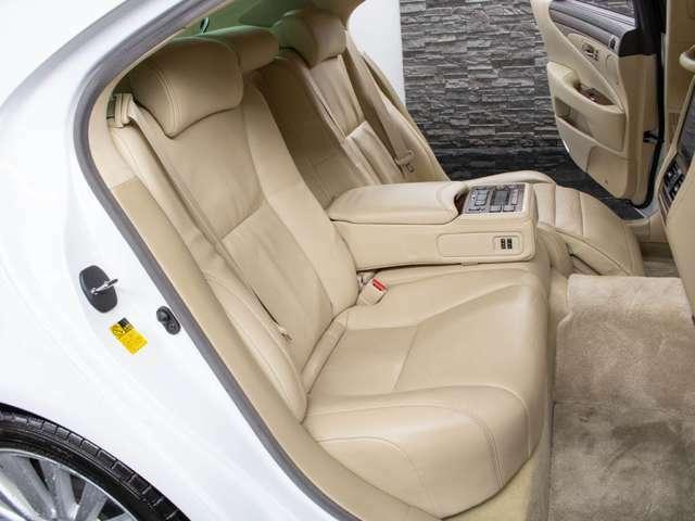 リアコンソールにコントロールスイッチを完備し後席からでもエアコンやオーディオ、後席のリクライニング動作サンシェード、エアシート機能の調整等快適装備の動作が可能です。まさに全席快適空間となっております!