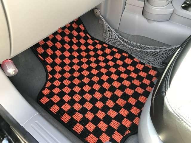 フロアマットは内張ステッチと合わせオレンジ×ブラック。