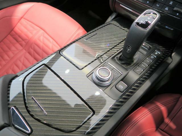 車内中央のセンターコンソール。2019年モデルより新型のシフトノブに変更になり、操作性も向上しています。カーボンインテリアトリムがよりスポーティーな印象を持たせてくれます。