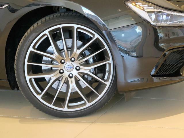 GranSportはベースでは表現できないスポーティなエクステリアで、専用フロント&リアバンパー、ボディ同色サイドスカート、フルアダプティブLEDヘッドライト、レッドキャリパーが標準装備にプラス。