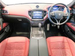 インテリアは12方向電動調整式フロントシート、カーボンインテリアトリム、シートヒーターが装備され、スポーティーな走りの楽しみと快適性を両立。