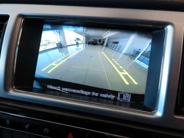 ステアリングガイドラインに連動したバックカメラを装備。バンパーにはセンサーも内蔵し、スムーズな駐車をサポート。