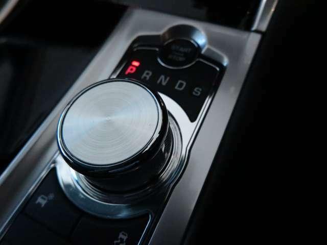 ドライブセレクター・ロータリーシフターイグニッションONにするとセレクターが浮かび上がってきます。イギリス車ならではのシフトノブです。