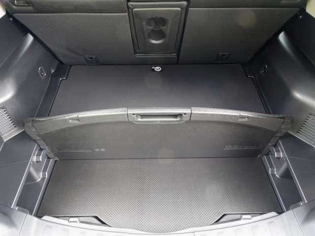 リヤラゲッジボードの下部には、大容量の収納スペースがあります~ 常時クルマに載せておきたい物にお保管にも便利~