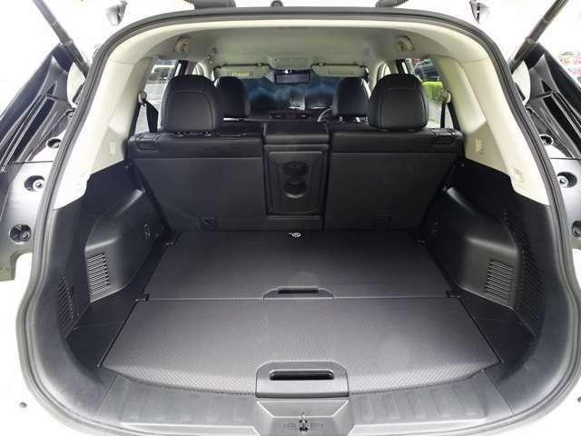 リヤシートの背面は左右分割で前方可倒式 とても広い空間になります~ レジャーやピクニックにも大活躍~♪