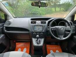 広々とした運転席です。ブラックで統一されたカッコイイ内奥です。