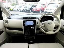 ディーラーオプションのメモリーナビ・オ-トエアコン・インテリジェントキ-・社外ドライブレコーダー等を装備する運転席まわり。