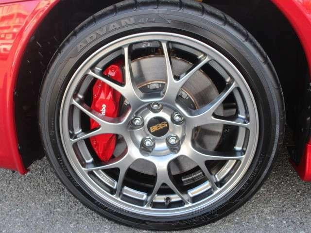 タイヤサイズは、245/40R18 BBS社製18インチ鍛造軽量アルミホイール(専用ダーククロム塗装、BBSオーナメント:ゴールド)